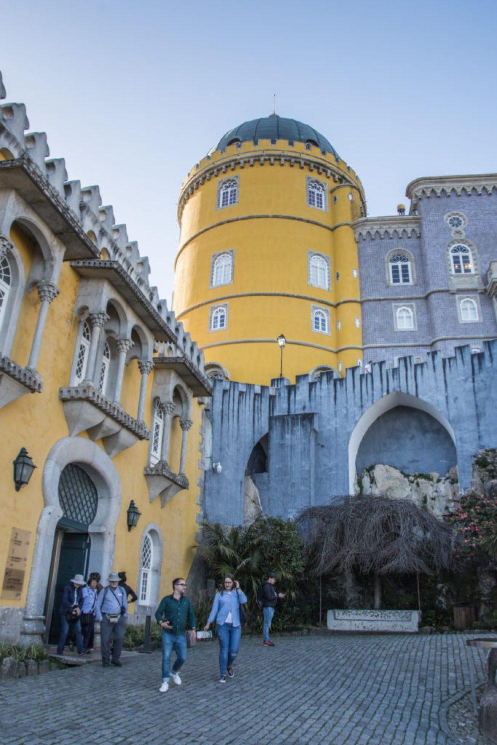 Palác Pena postavený na hornatých vršcích pohoří Serra de Sintra v krásné a exotické zahradě vás vrátí zpět do dětských let a probudí vaši romantickou duši.