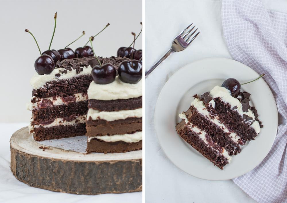 Dort Black Forest Cake ze tří čokoládových vrstev potřených třešňovým sirupem s griotkou, mascarpone krému a třešní, zdobený hoblinkami čokolády a třešněmi.