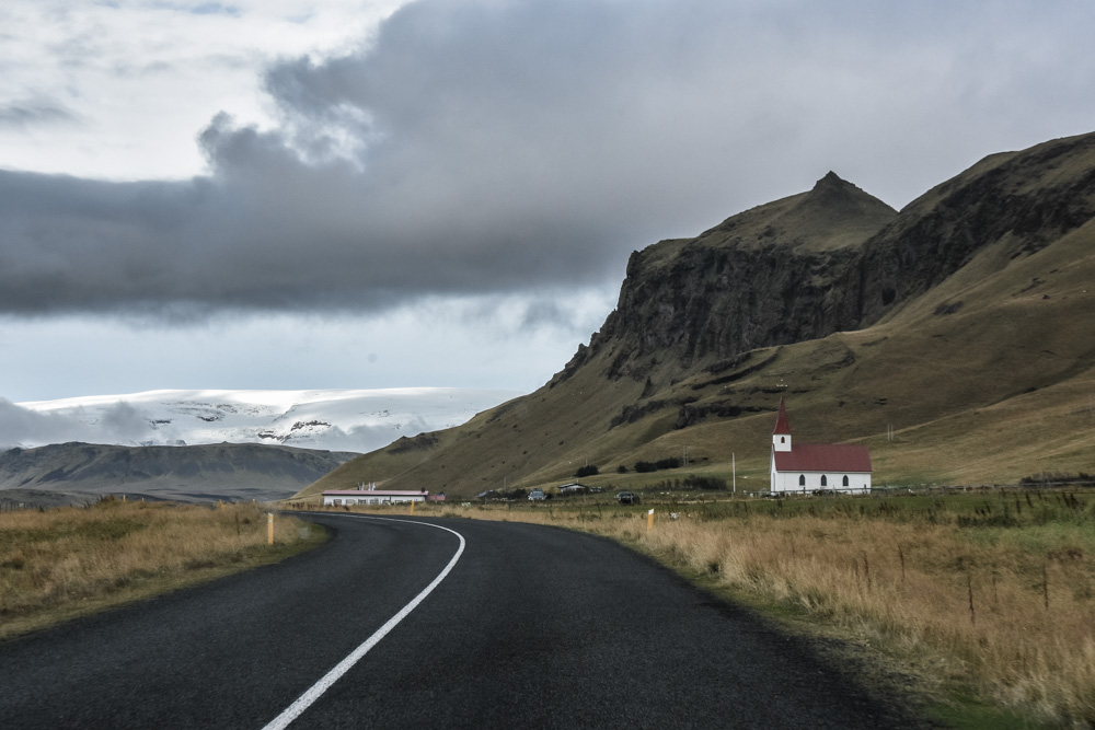 In this post, I will take you to the Southeast part of Iceland to see the glacier lagoon, some stunning and moody waterfalls or the black beaches. Enjoy!