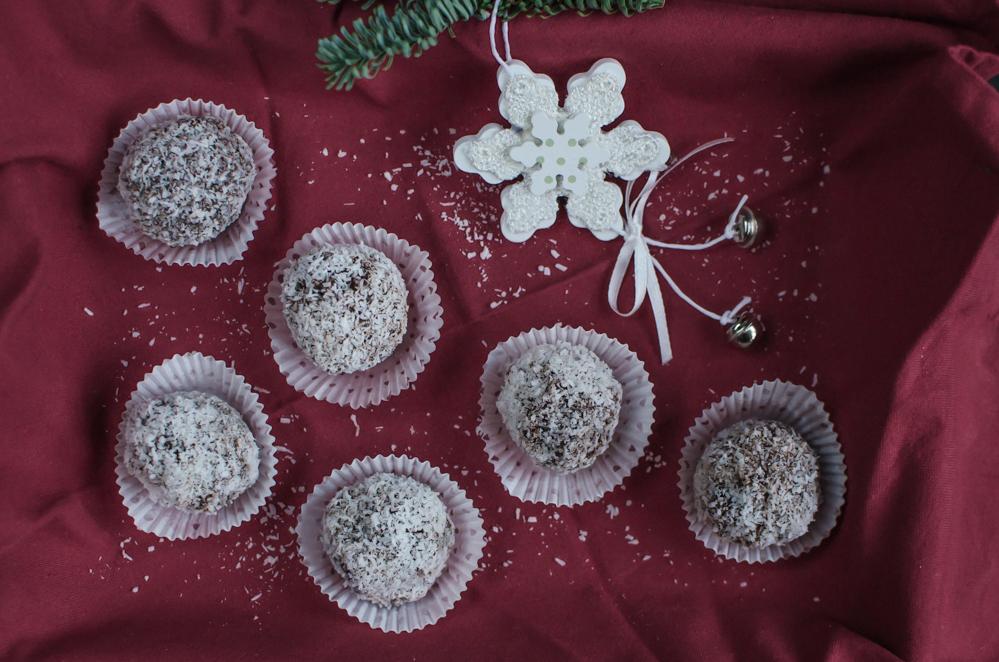 Sušené rumové švestky v čokoládě plněné marcipánem a obalené v kokosu je luxusní, leč jednoduché vánoční cukroví, které zvládnete i pár dní před Vánoci.
