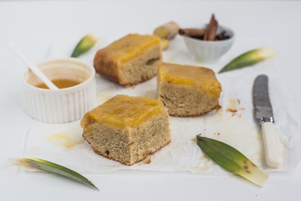Krásně vláčný a kořeněný koláč zdobený karamelizovaným ananasem se zázvorem, který nejlépe chutná ještě teplý. Obrácený koláč s ananasem a zázvorem vás navíc v zimě krásně zahřeje svou slunečnou barvou.