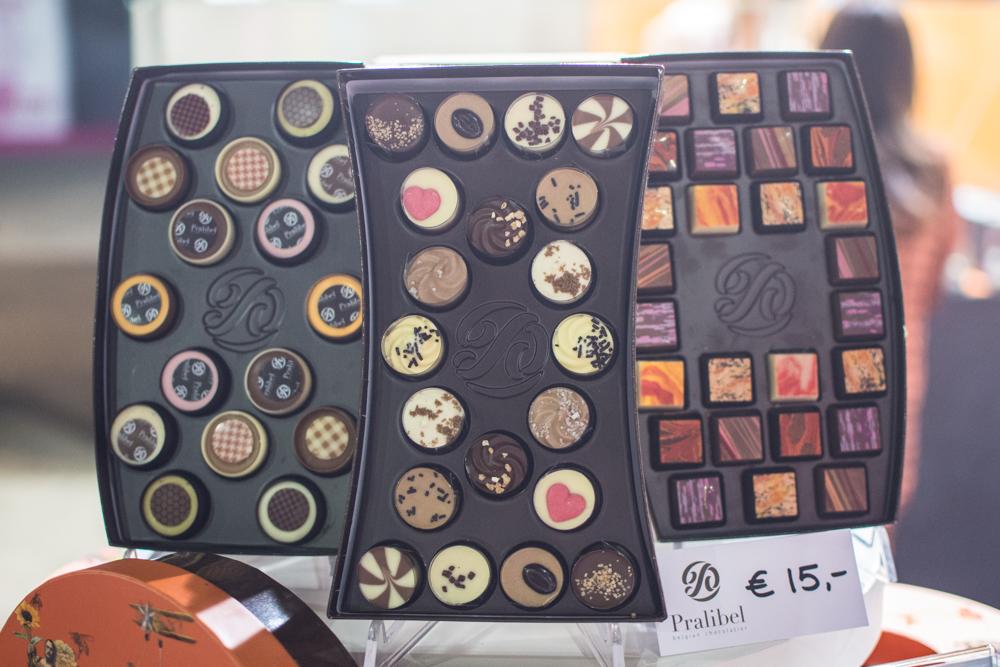 Salon du Chocolat neboli Salon čokolády v Bruselu je třídenní veletrh věnovaný čokoládě. Kromě ochutnávek, demonstrací, dílen a vzdělávacích aktivit vás tu čeká také módní přehlídka šatů z čokolády! V tomto článku vám povím více o tom, jaký byl letošní ročník.