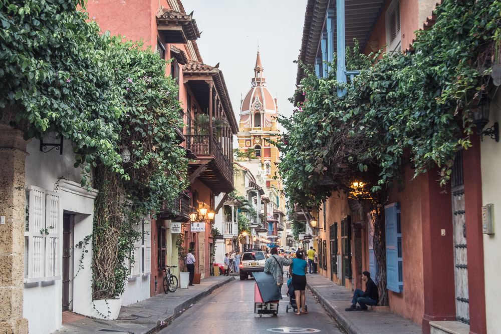 In this post, I will give you some tips what to do in beautiful Cartagena, where to eat and stay and will also take you to a beach far beyond the town.