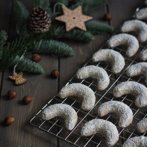 day I share with you a recipe for a classical Czech Christmas cookies with a Belgian touch: Hazelnut Vanilla Crescent Cookies.
