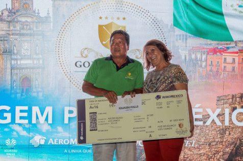 Lúcia Furlan, da Aeroméxico, premiou o golfista Koji Yamawaki com um bilhete aéreo da companhia e diária no Nobu Los Cabos
