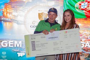 Maria João, da TAP, entrega prêmio ao campeão Nilson Fernandes