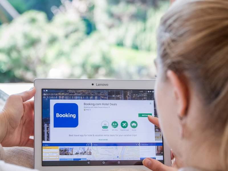 booking-site-moça-lendo