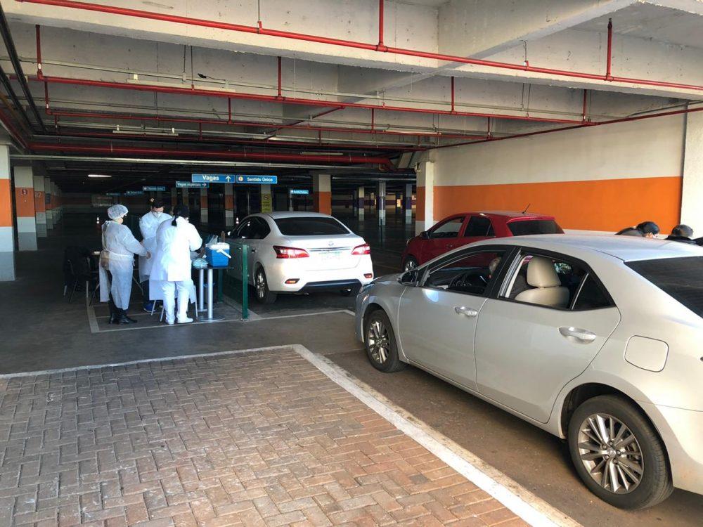 vacinação contra a gripe e o sarampo, num drive-thru montado no estacionamento do Shopping Catuaí Palladium