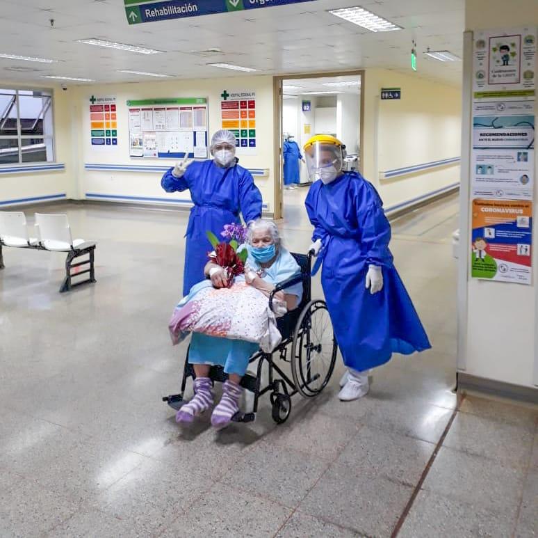 Idosa saindo do hospital de Ciudad del Este