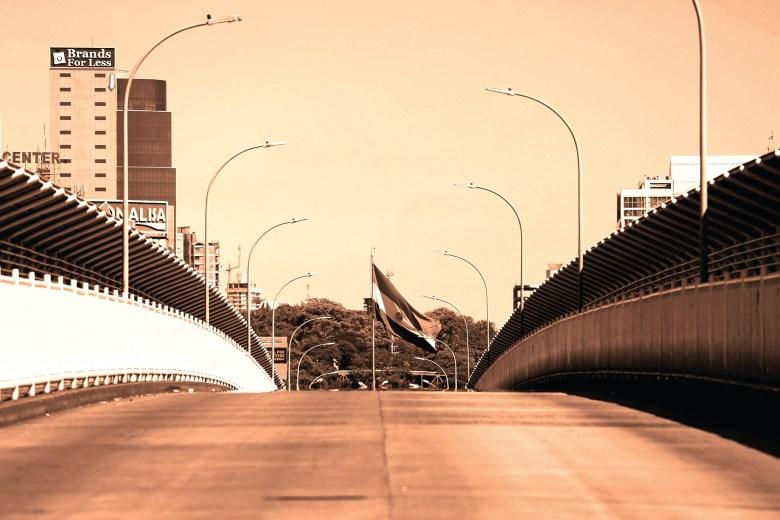 Ponte da Amizade vazia e fechada