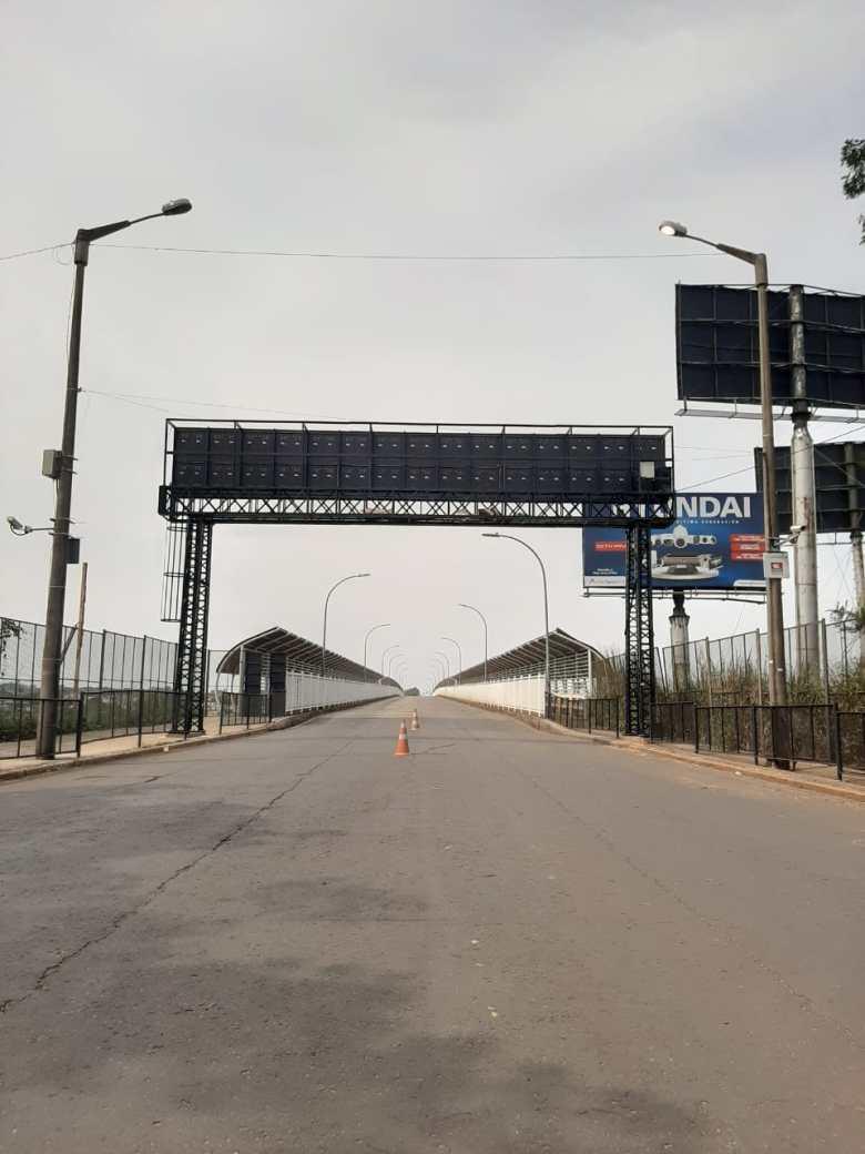 Ponte da Amizade fechada e vazia