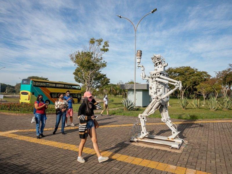 itaipu-turismo-turistas-visitando-foz