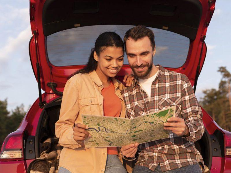 casal olhando o mapa