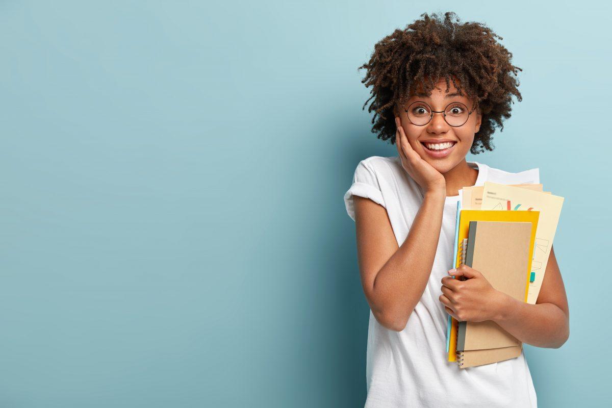 estudante feliz com livros