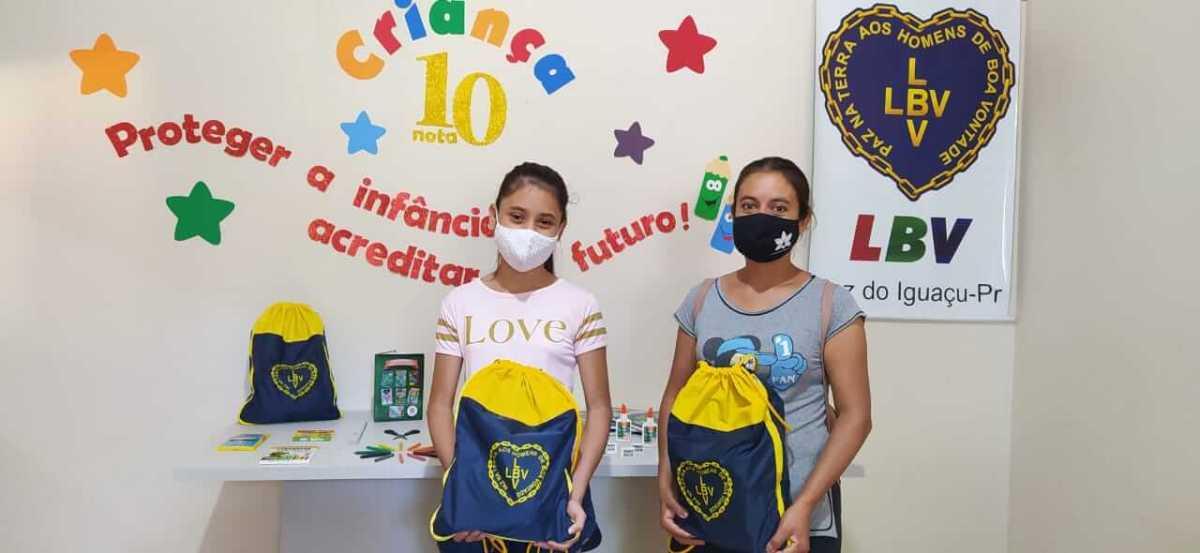 crianças-recebendo-kits