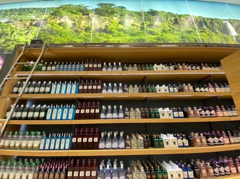 Dutty Free Cellshop Foz do Iguaçu, a loja inteira é composta pela imagem das Cataratas do Iguaçu. Foto: Annie Grellmann/100fronteiras.