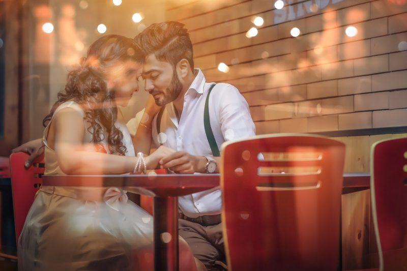 casal apaixonado jantando