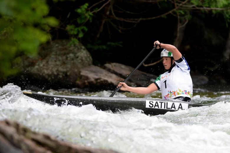 Ana Sátila praticando canoagem