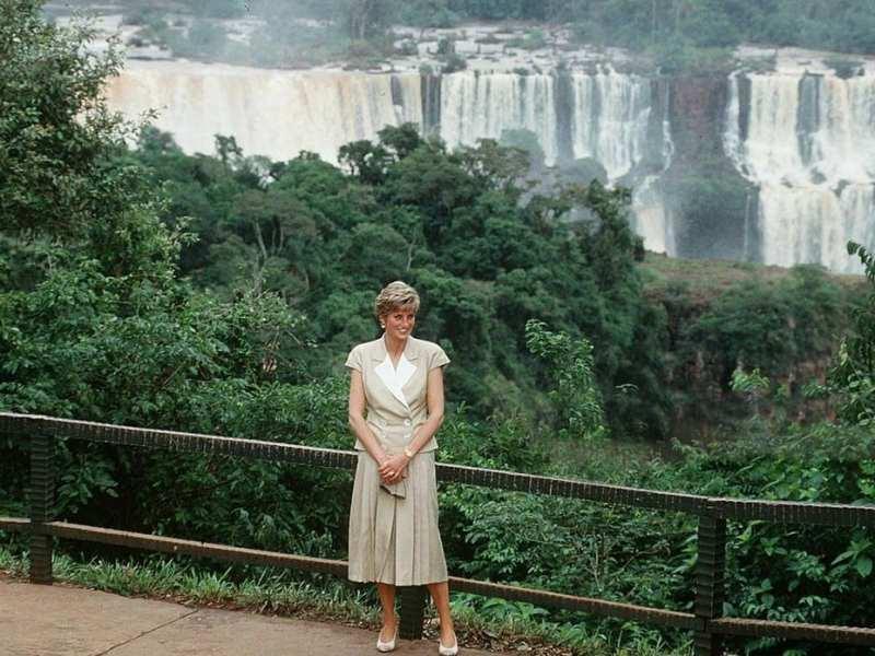 Princesa Diana posando para foto com as Cataratas do Iguaçu como pano de fundo