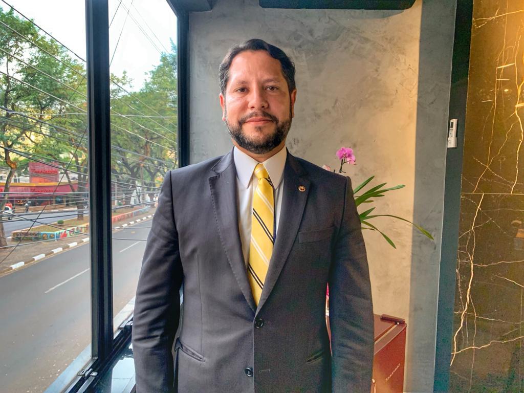 Promotor de Justiça Marcos Cristiano Andrade em visita à redação da 100fronteiras. Foto: 100fronteiras/Lilian Grellmann.