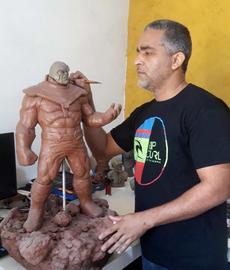 Moises Ferreira escultor Tiki Bar