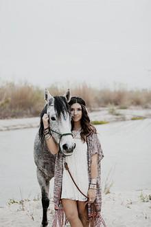 Noiva inspirada Bohemian com cavalo branco
