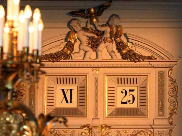 die-fuenf-minuten-uhr-ueber-der-buehne-der-semperoper-ist-ein-hoehepunkt-saechsischer-uhrmacherkunst-ihre-damals-revolutionaere-digitalanzeige-zeigt-seit-1841-bei-allen-musikalischen-meisterwerken-die