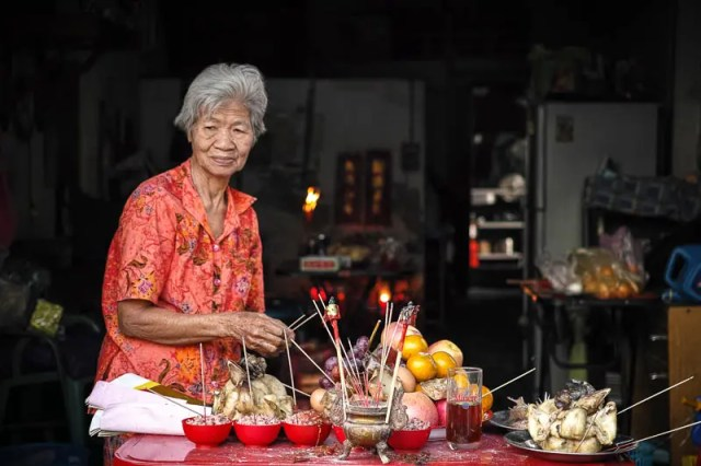 Old lady and offerings