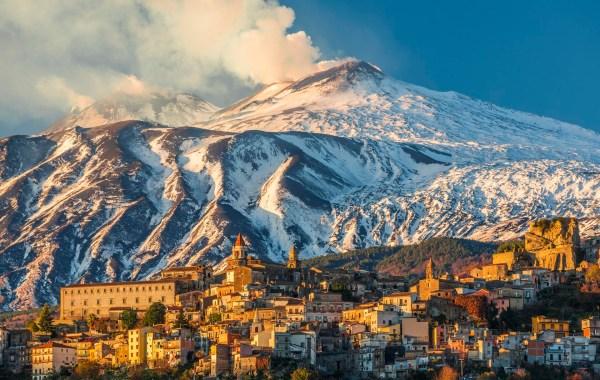 Castiglione di Sicilia con l'Etna in eruzione