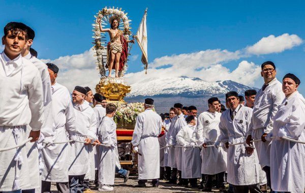 Fedeli in processione a Paternò