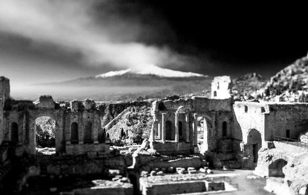 Il teatro antico di Taormina, un belvedere sull'Etna fumante