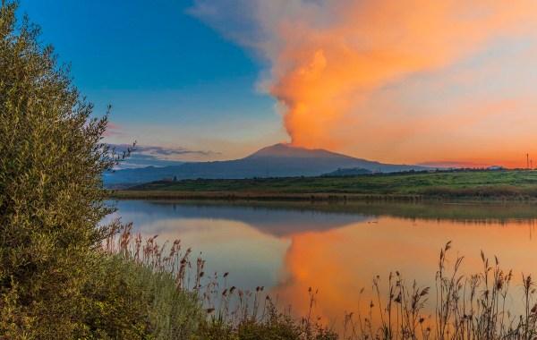 Etna vista dal fiume Simeto durante il parossismo del 1 aprile 2021