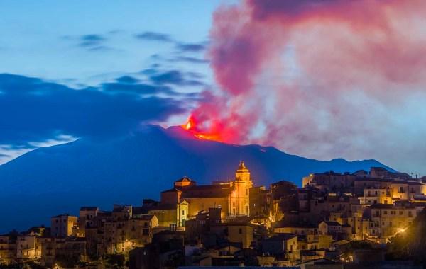 Centuripe con l'Etna in eruzione