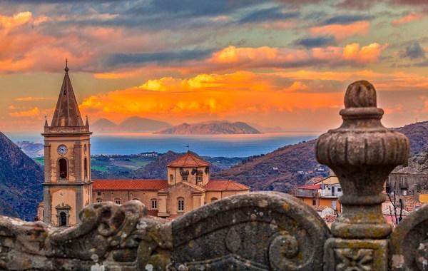 Novara di Sicilia, un belvedere sulle isole Eolie
