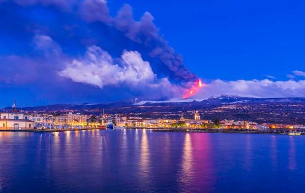 Etna, il porto di Riposto durante il Parossismo del 17 marzo 2021