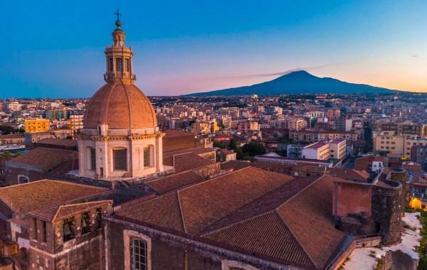 Catania, la cupola del complesso monastico dei Benedettini, San Nicolò l'Arena con vista sull'Etna
