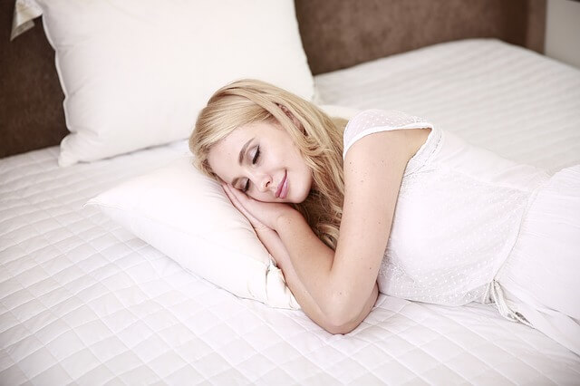 居眠りする女性