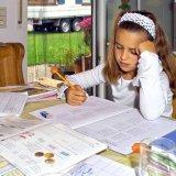 宿題をする少女