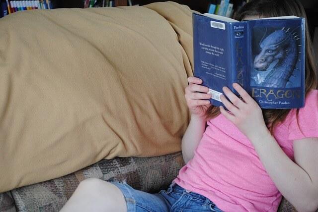 ファンタジー小説を読む少女