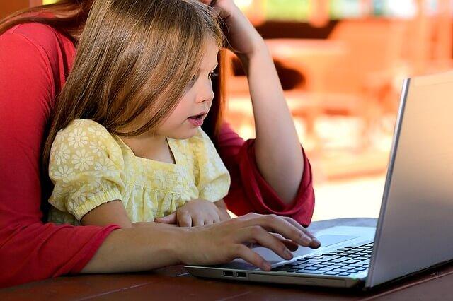 子供と一緒にパソコン