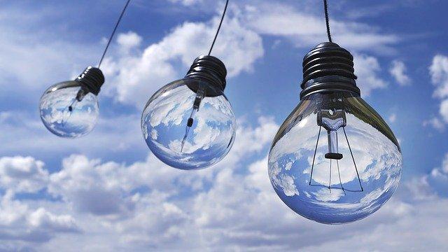 空と電球と