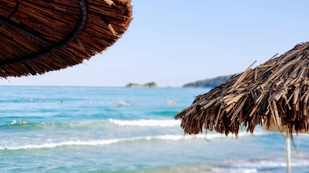 Golden Beach'ın huzurlu kumsalı ve gölgelikler