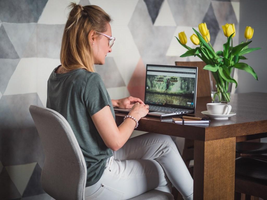 laptop w podróży