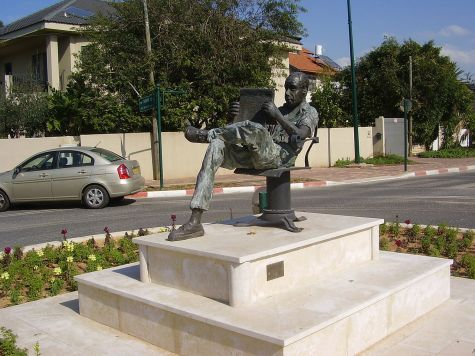 1280px-PikiWiki_Israel_11685_quot-reading_manquot-_in yehud
