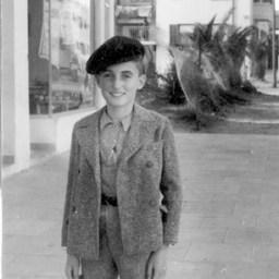 """קיץ 1937 מיכאל גומפרט, שנה ראשונה בא""""י בחצר הבית ברח' רבי עקיבא מתחת למכולת של קיכלר וסניף תנובה של קמחי בני ברק"""