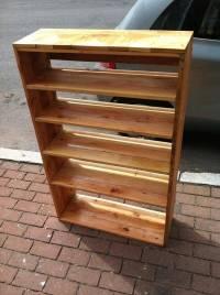 DIY Chic Pallet Bookcase | 101 Pallets
