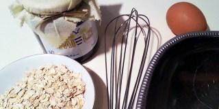 Ingredienti di base: 70 g di avena biologica, 1 cucchiaio di miele o sciroppo di agave, 1 uovo