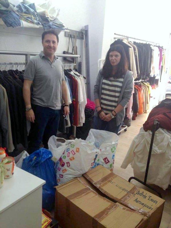 τρόφιμα μακράς διάρκειας και ρούχα και τα μοίρασε στα Κοινωνικά Παντοπωλεία Αγίου Νικολάου  Ιεράπετρας και Σητείας