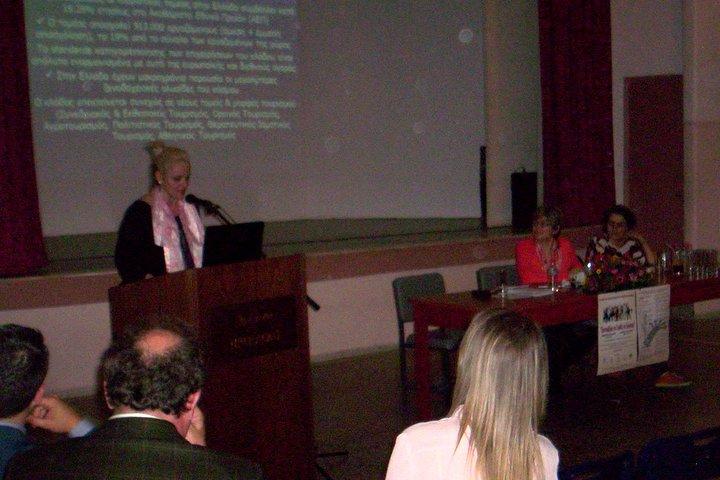 στο βήμα η Ιωάννα Σαραντοπούλου παρουσιάζει την ΑΣΤΕΚ