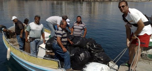 Καθαρίζοντας το νησάκι των Αγίων Πάντων